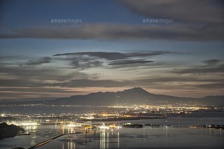 日本海と弓ヶ浜半島と伯耆大山の日の出の写真素材 [FYI04683256]