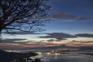 日本海と弓ヶ浜半島と伯耆大山の日の出の写真素材 [FYI04683257]