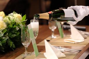 シャンパンを注ぐの写真素材 [FYI04683315]