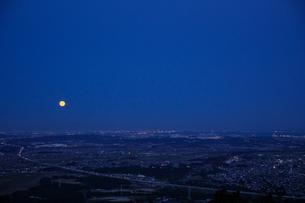 ブルーアワーの平野に昇る満月の写真素材 [FYI04683827]