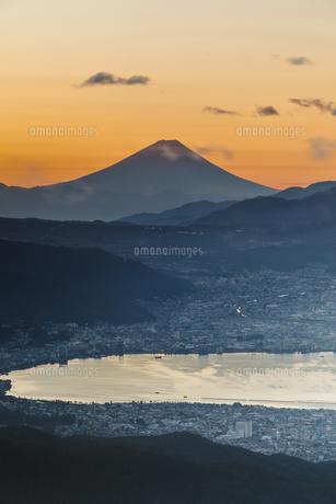 諏訪の早朝眺める富士の写真素材 [FYI04683842]