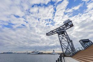 新港ふ頭に立つ産業遺産「ハンマーヘッドクレーン」の写真素材 [FYI04683943]
