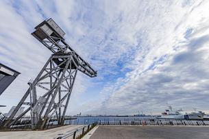 新港ふ頭に立つ産業遺産「ハンマーヘッドクレーン」の写真素材 [FYI04683963]