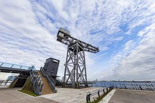 新港ふ頭に立つ産業遺産「ハンマーヘッドクレーン」の写真素材 [FYI04683965]