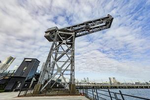 新港ふ頭に立つ産業遺産「ハンマーヘッドクレーン」の写真素材 [FYI04683969]