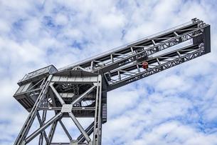 新港ふ頭に立つ産業遺産「ハンマーヘッドクレーン」の写真素材 [FYI04683971]