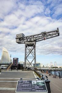 新港ふ頭に立つ産業遺産「ハンマーヘッドクレーン」の写真素材 [FYI04683975]