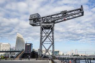 新港ふ頭に立つ産業遺産「ハンマーヘッドクレーン」の写真素材 [FYI04683977]