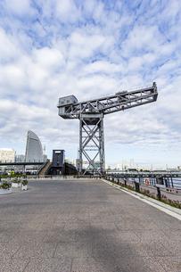 新港ふ頭に立つ産業遺産「ハンマーヘッドクレーン」の写真素材 [FYI04683980]