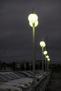 駐車場を照らす街灯の写真素材 [FYI04684109]