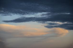 夕暮れに色づく空の写真素材 [FYI04684127]