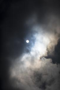 雄大な雲間の太陽の写真素材 [FYI04684142]