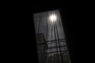 窓越しで眺める深夜の月の写真素材 [FYI04684150]