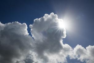 夏雲の脇から太陽が顔を出すの写真素材 [FYI04684154]