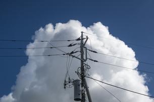 電柱と積乱雲の写真素材 [FYI04684155]