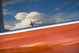 自動車の窓に映る夏空の写真素材 [FYI04684170]