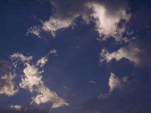 円を描いて浮かぶ夕方の雲の写真素材 [FYI04684171]