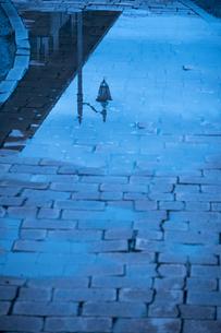 水たまりに映る洋風な街灯の写真素材 [FYI04684210]