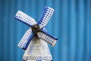 雨に濡れた陶器の風車の写真素材 [FYI04684211]