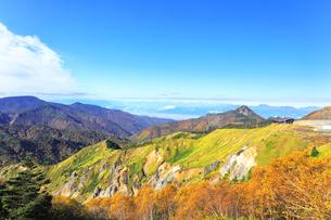 秋の志賀高原 紅葉の山並みの写真素材 [FYI04684295]