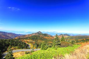 秋の志賀高原 紅葉の山並みの写真素材 [FYI04684298]