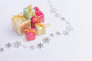 【クリスマス】プレゼントのオーナメント 冬の写真素材 [FYI04684338]