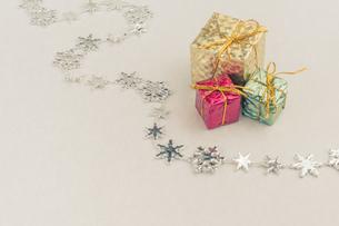 【クリスマス】プレゼントのオーナメント 冬の写真素材 [FYI04684340]