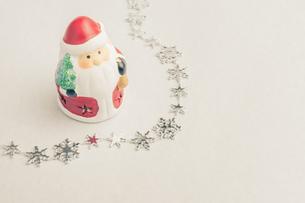 【クリスマス】かわいいサンタクロースの置き物 冬の写真素材 [FYI04684342]