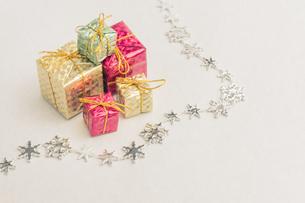 【クリスマス】プレゼントのオーナメント 冬の写真素材 [FYI04684347]