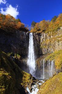 紅葉の華厳の滝の写真素材 [FYI04684353]