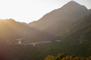 御在所岳に当たる薄明光線の写真素材 [FYI04684437]