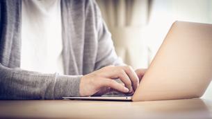 自宅でパソコンを使う男性の手元の写真素材 [FYI04684550]