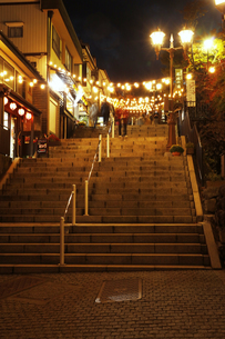 伊香保温泉 ライトアップされた石段街の写真素材 [FYI04684676]