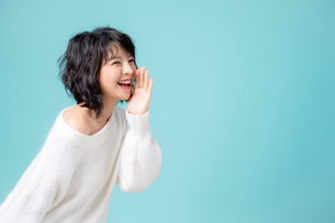 アナウンスのジェスチャーをしている若い女性の写真素材 [FYI04684714]