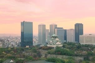 大阪城と高層ビル群夕景の写真素材 [FYI04684891]