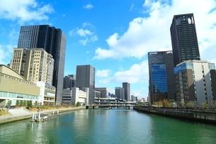 堂島川と大阪高層ビル群の写真素材 [FYI04684903]