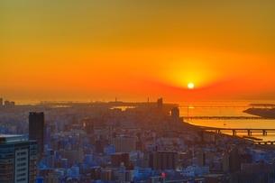 梅田スカイビル空中庭園から望む夕日の写真素材 [FYI04684910]