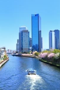 寝屋川と大阪高層ビル群の写真素材 [FYI04684917]