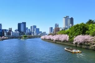 大川と大阪高層ビル群の写真素材 [FYI04684918]