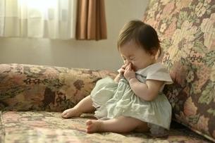 ソファーに座っている幼児の写真素材 [FYI04684956]