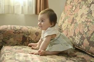 ソファーに座っている幼児の写真素材 [FYI04684957]