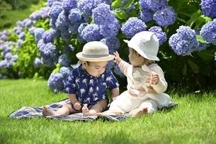 二人の幼児の写真素材 [FYI04684961]
