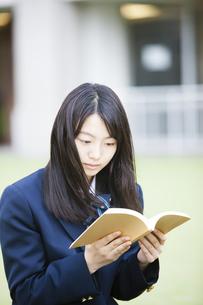 本を読む女子高生の写真素材 [FYI04685302]