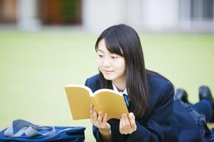 本を読む女子高生の写真素材 [FYI04685305]