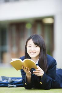 本を読む女子高生の写真素材 [FYI04685306]