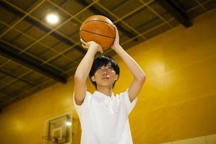 バスケットボールをする男子高校生の写真素材 [FYI04685307]