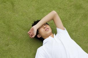 グラウンドに寝転がる男子高校生の写真素材 [FYI04685312]