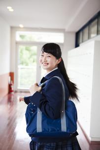 廊下を走る女子高生の写真素材 [FYI04685318]