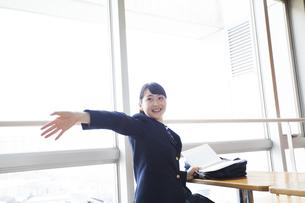 手を振る女子高生の写真素材 [FYI04685323]