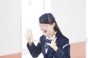 叫ぶ女子高生の写真素材 [FYI04685324]